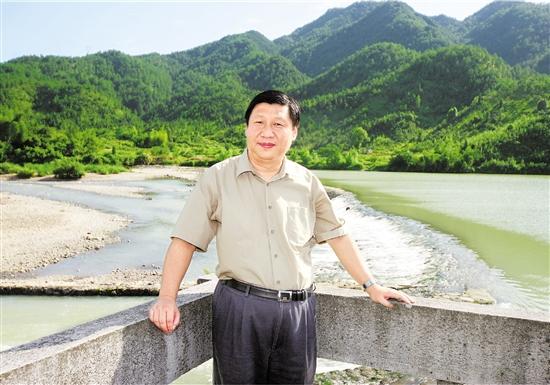 2006年6月1日,习近平在温州温福铁路飞云江大桥建设工地调研。 本报记者 周咏南 摄