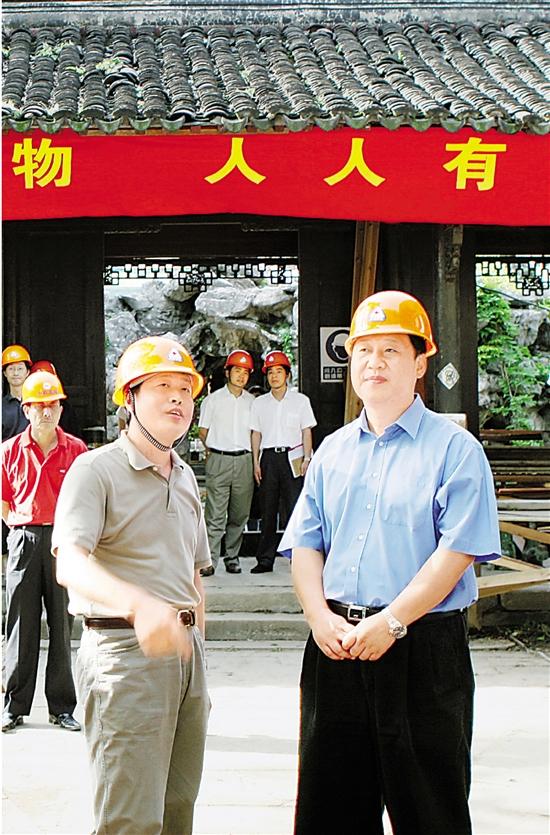 2006年6月10日,习近平在杭州专题调研文化遗产保护工作并慰问建设者。 本报记者 周咏南 摄