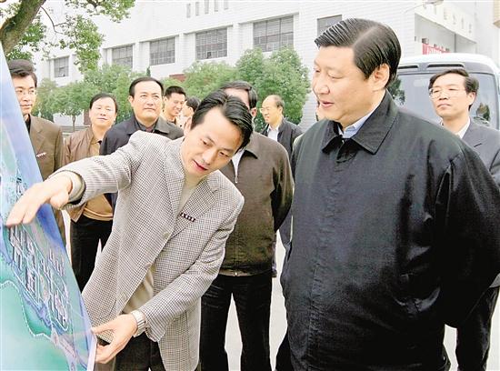 2005年11月18日,习近平在上虞调研教育工作并到春晖中学察看发展规划。 本报记者 周咏南 摄