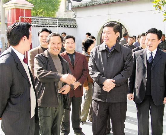 2004年12月14日,习近平在嵊州乡村调研并看望基层干部。 本报记者 周咏南 摄