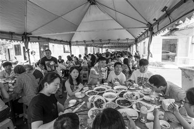 昨天中午,骆家庄端午宴,村民们团聚,吃得很开心。