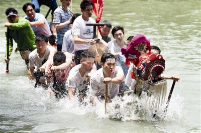 湿地原住民在龙舟胜会上奋力击水前行。