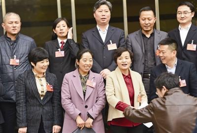 市第十二次党代会期间,代表们合影留念,在摄影师的镜头中,每个人都笑得分外喜悦。