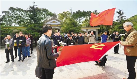 4月1日,舟山市定海区金塘岛上40余名党员与金塘市场监管分局的工作人员一起,在金塘岛东风岭烈士陵园悼念革命先烈。 姚峰 摄