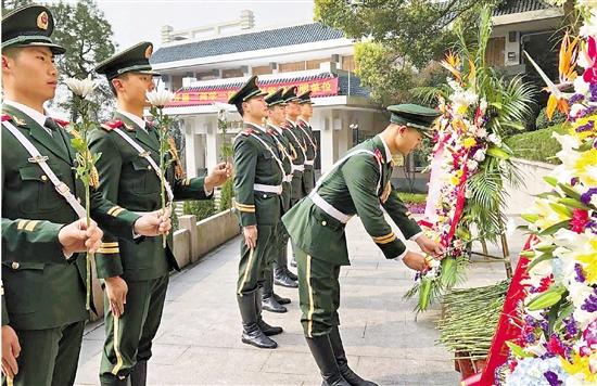 4月1日,武警杭州市支队的100多位官兵在杭州市革命烈士纪念馆举行缅怀蔡永祥烈士活动。 本报记者 姚群 实习生 石怡锋 通讯员 陈志法 摄