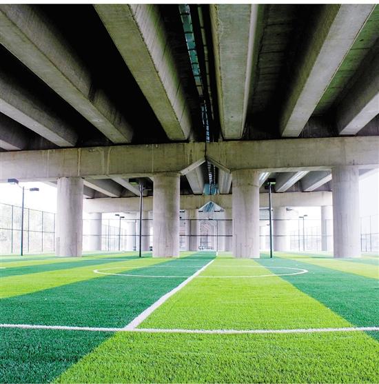 高速公路桥下空间变身漂亮文体公园。