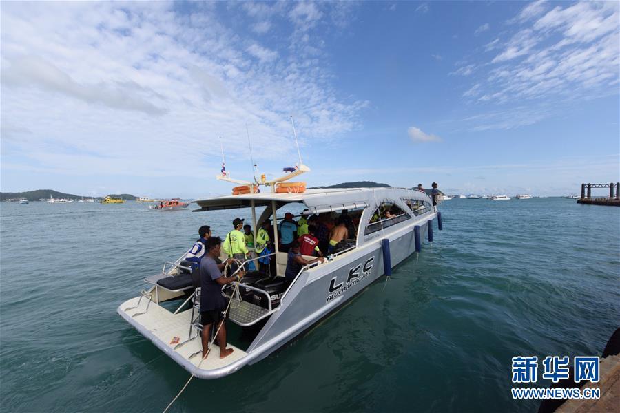 7月6日,在泰国普吉,军方人员和警察在码头待命。 7月5日18时45分许,两艘载有中国游客的游船在泰国普吉岛附近海域突遇特大暴风雨发生倾覆事故。截至目前,船上127名中国游客中,16人死亡、33人失踪,另有78人获救,受伤游客已送当地医院治疗。 新华社记者秦晴摄