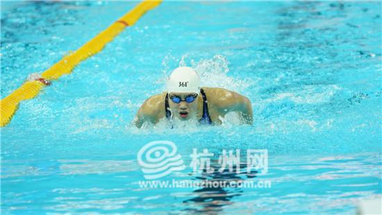 100米女子蝶泳预赛 中国选手张雨霏、王一淳双双晋级半决赛!霍