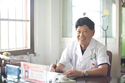 """""""一元村医""""吴光潮:""""一元看病""""三十六年""""不涨价"""""""